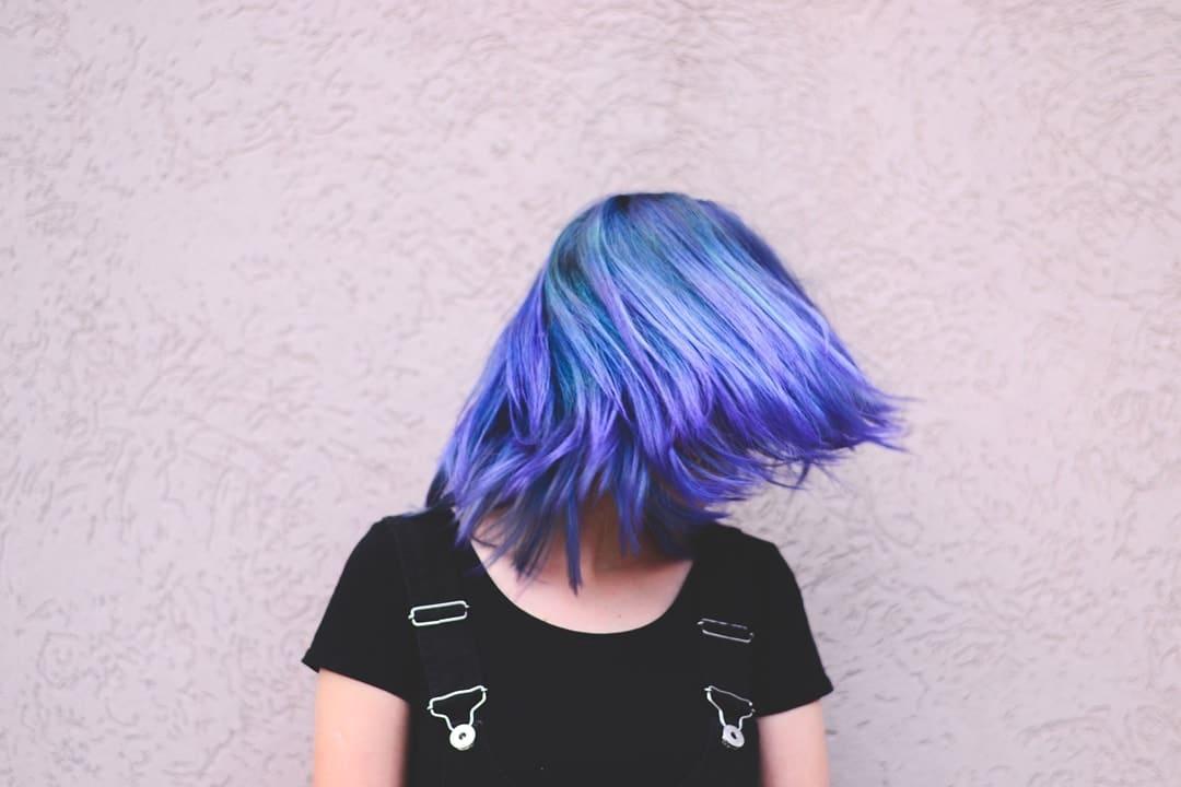 cabelo loiro platinadovioleta genciana